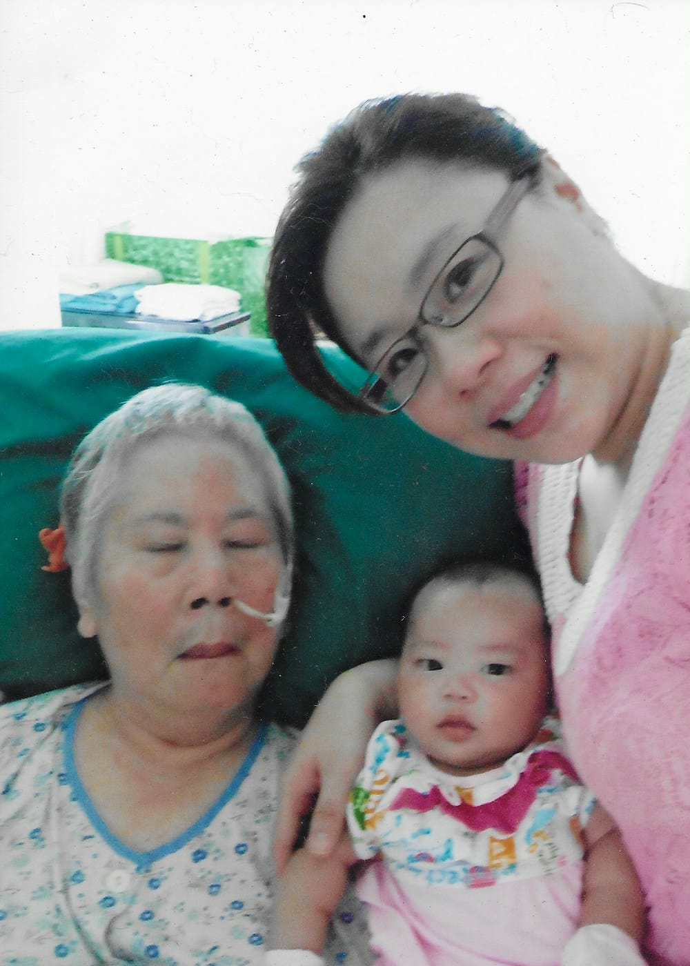 Chia with her late mother and daughter En En in 2014.